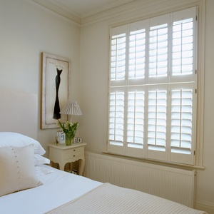 Tnesc_New-England-painted-Tier-on-Tier-bedroom-shutters_89mm