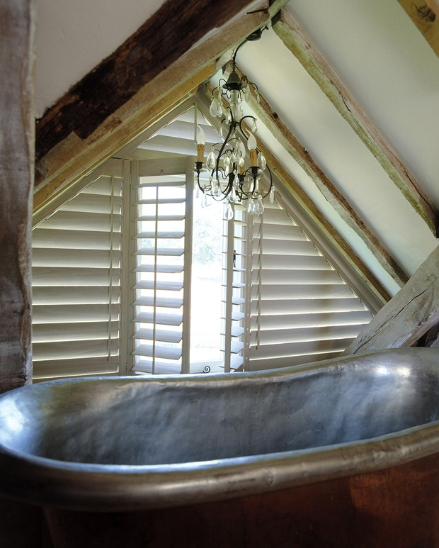Triangular bathroom shutters